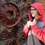 ヒーター内蔵ですぐに暖まり雨も弾く防水パーカー「REDDER JACKET」