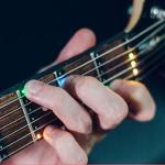 手持ちのギターに取り付ければ光って抑える場所を教えてくれるコードティチャー「Fret Zeppelin」