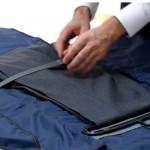 折りたためば39cm×30cmと従来の半分の大きさに折りたためるスーツバッグ「PLIQO」