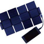 折り畳むとクレジットカードと同サイズまでコンパクトに折り畳めるソーラー充電器「Sunslice」