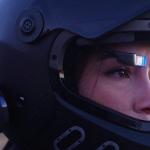 バイク運転中の危険性を軽減する市販のヘルメット用に装着可能なヘッドマウントディスプレイ「EyeRide HUD」