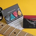 """<span class=""""title"""">演奏中の手汗による落下を防ぐだけでなく、新たな弾き方への挑戦の可能性も持つギターピック「ROMBO 2.0」</span>"""